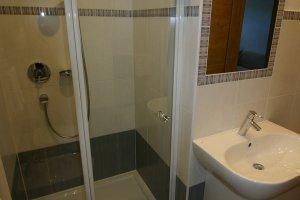 Duschbereich Wohnung Eiche